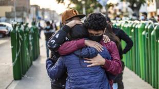 Personas con familiares infectados gravemente por covid 19 hacen cola para llenar cilindros de oxígeno vacíos destinados a su atención, en Callao, Perú, el 29 de enero de 2021 en medio de la pandemia del coronavirus