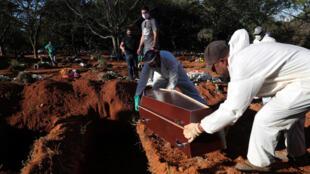 دفن أحد ضحايا فيروس كورونا في مدينة ساو باولو البرازيلية
