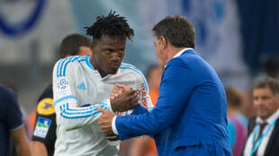 """Le nouvel entraîneur de Marseille, """"Michel"""", félicite Michy Batshuayi, auteur d'un doublé, dimanche 23 août 2015."""