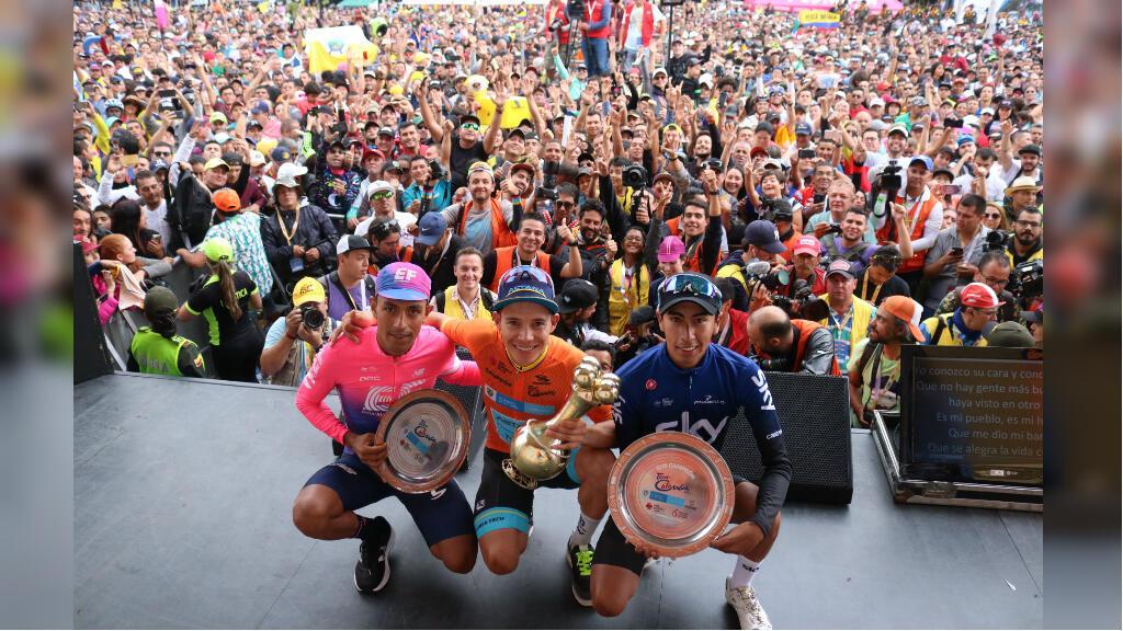 Miles de aficionados colombianos asistieron a la premiación del Tour Colombia 2.1, que terminó con el podio conformado por Daniel Martínez (derecha, tercero), Miguel Ángel 'Supermán' López (centro, campeón) e Iván Sosa (izquierda, segundo), en el Alto de Las Palmas, Ant