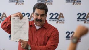 El presidente de Venezuela, Nicolás Maduro, presenta su solicitud de registro presidencial a miembros de la prensa en la sede del Consejo Nacional Electoral (CNE) en Caracas, el 27 de febrero de 2018.