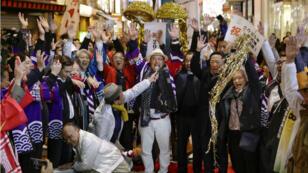 Gente celebrando en Japón el anuncio de la Oficina Internacional de Exposiciones. 24 de noviembre de 2018.