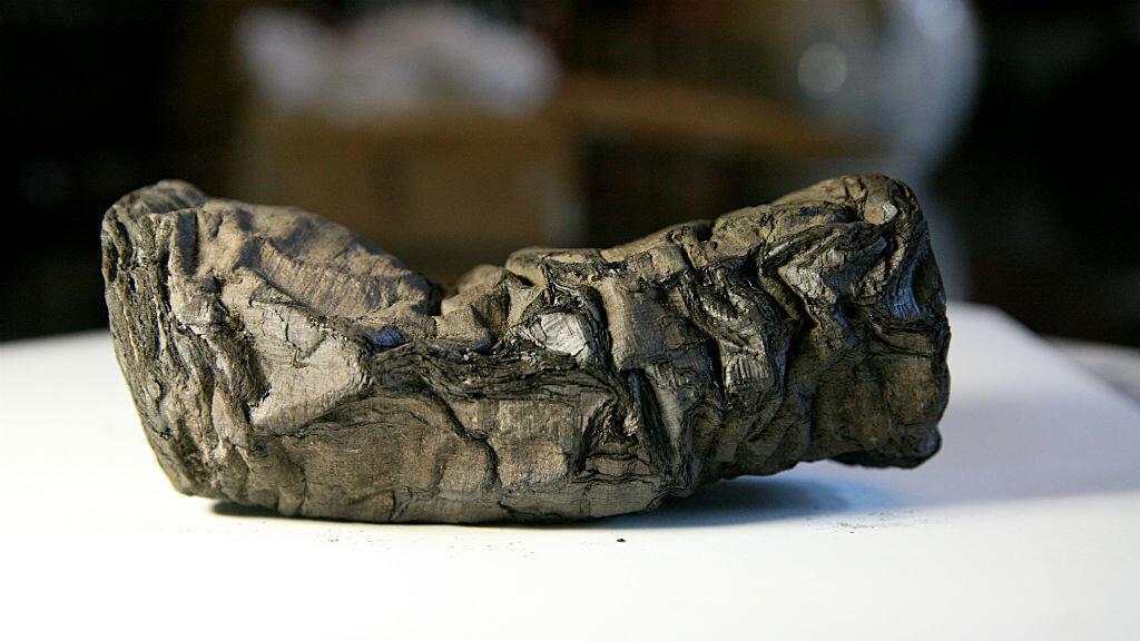 Esta foto sin fecha tomada en París, Francia, muestra un antiguo pergamino de Herculano, enterrado y carbonizado en la letal erupción del Vesubio en el año 79 d.C.