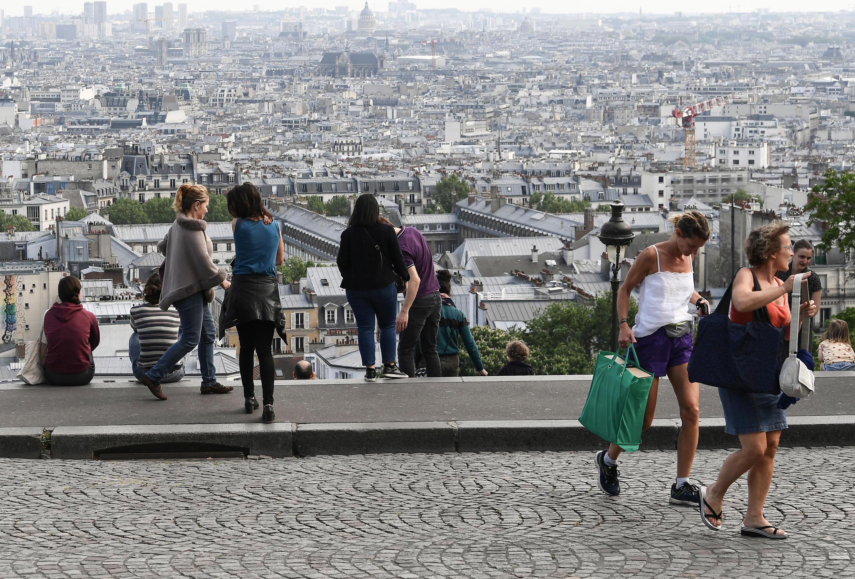 Archivo: Varias personas se reúnen en Montmartre, París, el 25 de abril de 2020.
