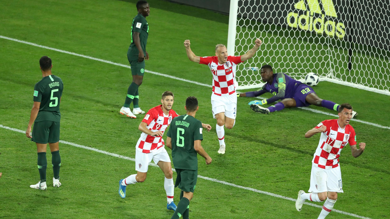 Los jugadores de Croacia celebraron después de que el nigeriano, Oghenekaro Etebo, anotara en su propia portería, dándole el primer gol a los croatas.