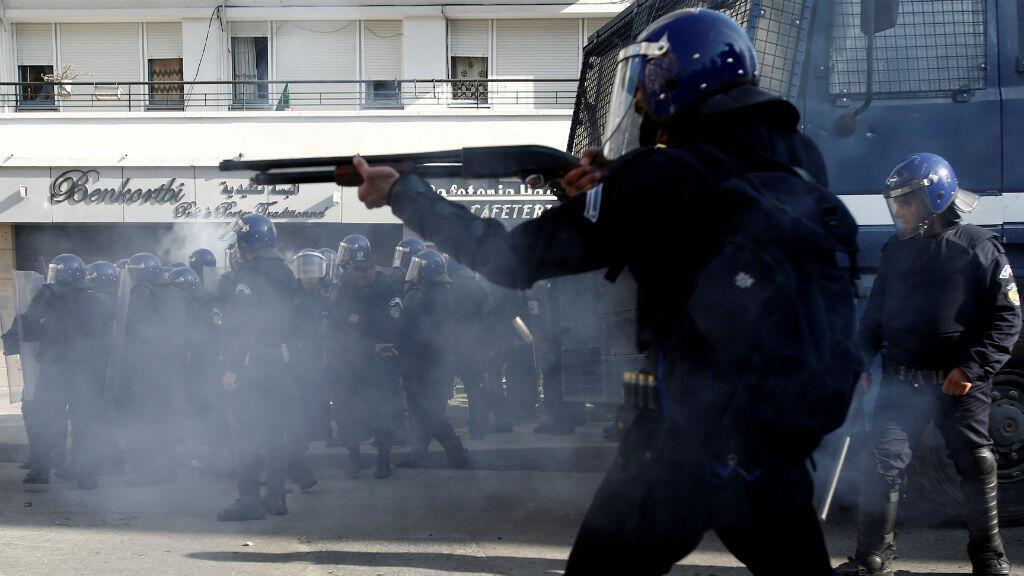 Agentes de la Policía antidisturbios reprimen las protestas contra el Gobierno del presidente Abdelaziz Bouteflika en Argel, Argelia, el 29 de marzo de 2019.