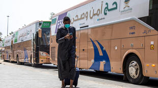 حاج لدى وصوله إلى جدة قبل التوجه إلى مكة صورة وزعتها وزارة الحج والعمرة السعودية في 25 تموز/يوليو 2020
