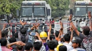 Los ciudadanos protestan contra el golpe militar, en Mandalay, Myanmar, el 20 de febrero de 2021.