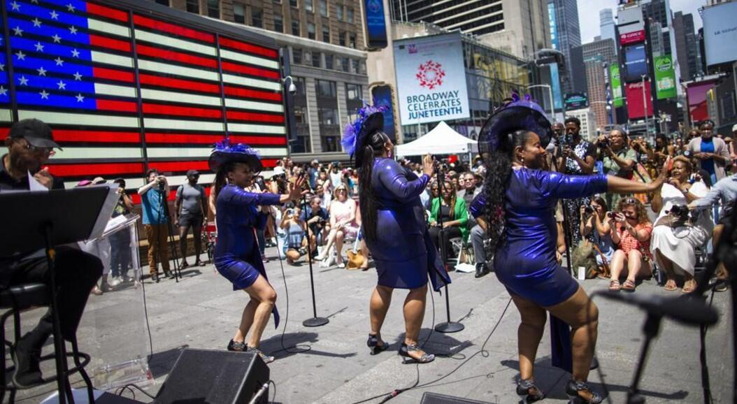 La gente asiste a un evento gratuito al aire libre organizado por The Broadway League durante las celebraciones del 19 de junio, que recuerda el fin de la esclavitud en Estados Unidos, en Times Square, Nueva York, el 19 de junio de 2021.