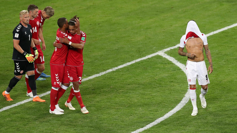 Los jugadores de Dinamarca celebraron el 1-0 contra Perú, equipo que no jugaba en un Mundial desde hace 36 años.