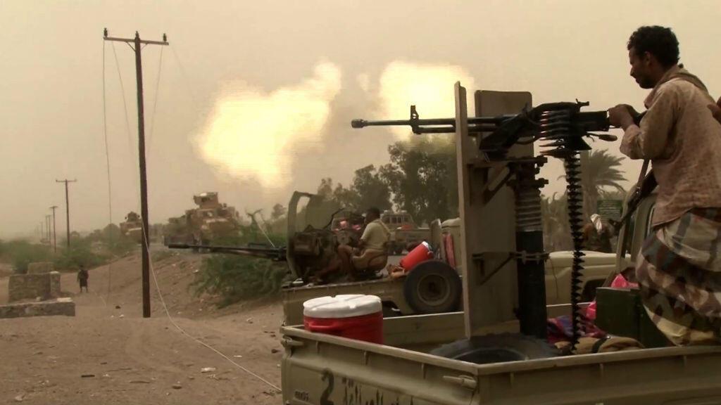 Des forces pro-gouvernementales font feu en direction de l'aéroport d'Hodeïda le 15 juin 2018.