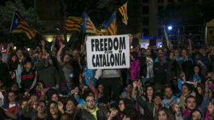 Cientos de personas se congregan esta noche en la plaza de Cataluña, en Barcelona, donde intervienen el presidente de la Asamblea Nacional Catalana (ANC), Jordi Sánchez, y el presidente de Omnium Cultural, Jordi Cuixart, tras el referendo.