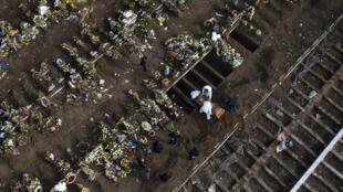 صورة من الجو لدفن أحد ضحايا كوفيد-19 في مقبرة سانتياغو العامة في 15 حزيران/يونيو 2020.