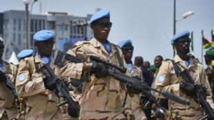 Des soldats de la Minusma marchent pour l'anniversaire de l'independence à Bamako le 22 septembre 2018