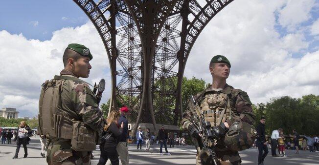 Des militaires de l'opération Sentinelle devant la Tour Eiffel.