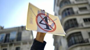 """Les étudiants algériens manifestent à Alger, mardi 12 mars. Le """"5"""", cerclé et barré de rouge, logo de la contestation initiale contre un 5e mandat, a laissé la place à un """"4+""""."""