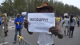 Un manifestant opposé au projet de nouvelle constitution défendu par le président Sassou Nguesso, le 27 septembre 2015 à Brazzaville.