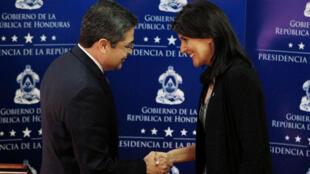 El presidente de Honduras estrecha la mano de la embajadora de Estados Unidos ante las Naciones Unidas, luego de entregar un mensaje conjunto en la casa presidencial en Tegucigalpa.