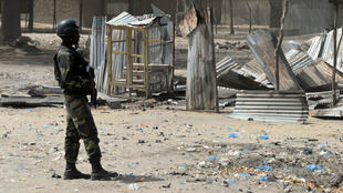 Des soldats camerounais tiennent la garde dans la ville de Fotokol à la frontière avec le Nigeria.