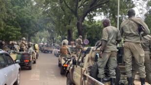 أعضاء في اللجنة العسكرية التي أطاحت بالرئيس المالي ومرافقوهم، في وزارة الدفاع في باماكو في 19 آب/اغسطس 2020