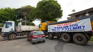 Des camions bloquent une route de Cayenne, le 26 mars 2017.
