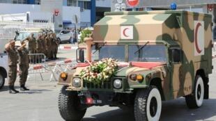 L'ambulance transportant le corps de l'ancien président tunisien Béji Caïd Essebsi a quitté l'hôpital militaire de Tunis, le 26 juillet 2019.