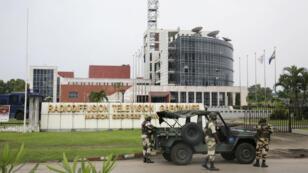 Des soldats stationnés devant le siège de la radio-télévision gabonaise après la tentative de putsch, le 7janvier2019.