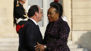 La présidente de la transition en Centrafrique, Catherine Samba-Panza, accueillie par François Hollande sur le perron de l'Elysée, le mercredi 27 mai.
