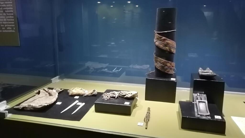 Piezas del ajuar perteneciente a un chamán de la antigua cultura de Tiwanaku, que fue encontrado en una cueva del sudoeste de Bolivia con tabletas de rapé o bandejas para machacar sustancias psicoactivas y un inhalador para consumirlas.