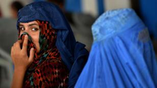 Deux réfugiées afghanes à Peshawar, au Pakistan, se préparant à retourner en Afghanistan le 28 juillet 2016.