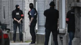 Des agents de police à proximité du site d'une opération dans la commune bruxelloise de Forest, où la fusillade a eu lieu le 15 mars 2016.