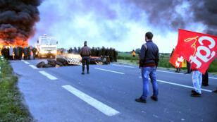 Les forces de l'ordre s'apprêtent à intervenir, mercredi 25 mai 2016, pour déloger les grévistes de la raffinerie de pétrole de Douchy-les-Mines.