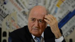Malgré le scandale, le Suisse Sepp Blatter brigue un  cinquième mandat à ola tête de la Fifa.