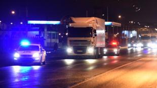 Ce camion frigorifique contient les restes des premières victimes rapatriées, lundi, en Russie.