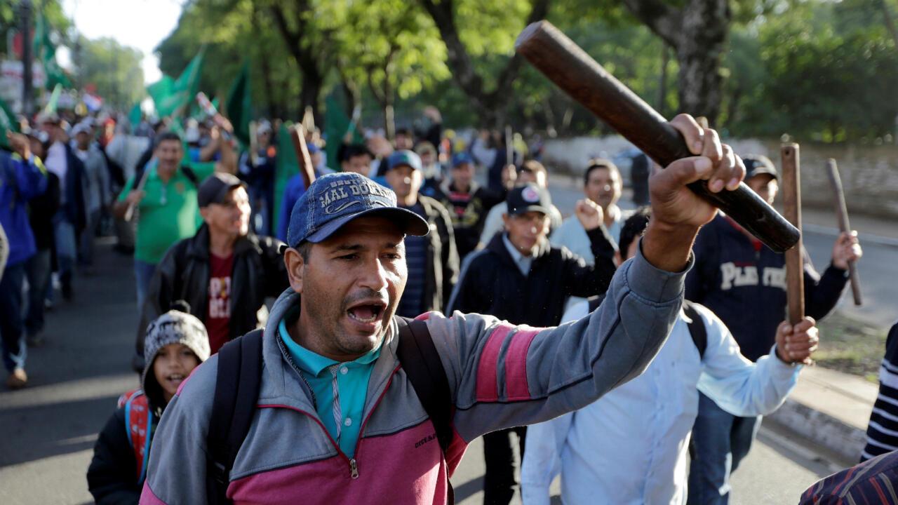Los agricultores asisten a una marcha anual que exige reformas agrarias y trabajan en protesta contra el gobierno del presidente Mario Abdo Benítez, en Asunción, el 21 de marzo de 2019.