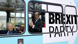El líder del Partido Brexit Nigel Farage y Mike Greene, candidatos del Partido Brexit para las próximas elecciones parciales de Peterborough, viajan en un autobús de campaña en Peterborough, Gran Bretaña, 9 de mayo de 2019.
