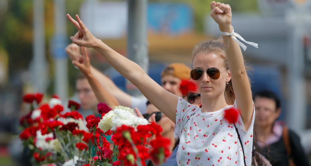 Opositores rinden homenaje cerca del lugar donde murió un manifestante el 10 de agosto durante una protesta tras las elecciones presidenciales en Minsk, Bielorrusia, el 11 de agosto de 2020.