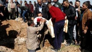 تشييع جثمان أحد ضحايا العبارة التي غرقت في نهر دجلة 22 مارس آذار 2019