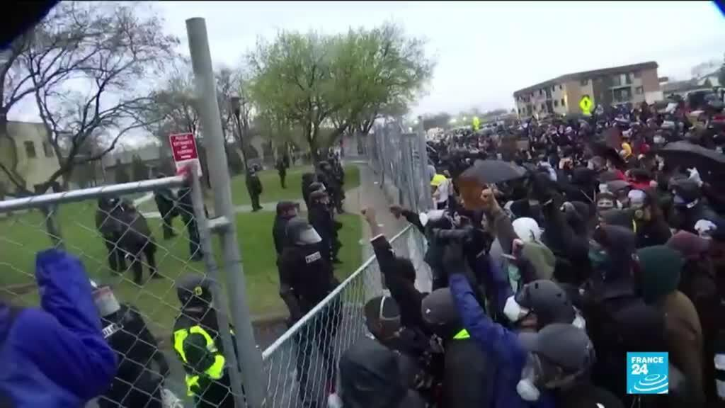 2021-04-13 11:01 Second night of protests spark in Minneapolis after police shots dead Black man
