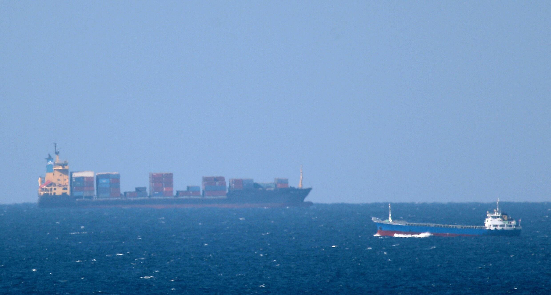 سفينة شحن متجهة نحو مضيق هرمز قبالة خصب في سلطنة عمان