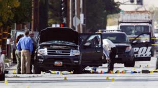 Des agents du FBI inspectent une voiture à Redlands, près du domicile des suspects, le 3 décembre 2015.