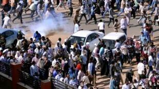 قوات الأمن السودانية تطلق الغاز المسيل للدموع لتفريق إحدى المظاهرات بالخرطوم 25 ديسمبر 2018