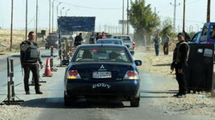 La police inspecte les voitures qui entrent dans le Nord-Sinaï en Égypte, le 31 janvier 2015.