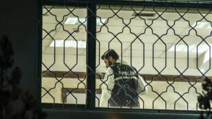 Un membre de la police scientifique turque lors de la perquisition au consulat saoudien d'Istanbul, le lundi 15 octobre 2018.