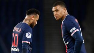 مهاجما باريس سان جرمان كيليان مبابي (يمين) والبرازيلي نيمار عقب المباراة ضد انجيه في الدوري الفرنسي في الثاني من تشرين الأول/أكتوبر 2020.