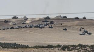 Des chars de l'armée turque et des combattants pro-turcs de l'opposition syrienne, progressant vers Jarablus, mercredi 24 août 2016.