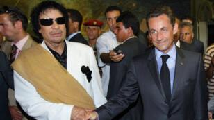Mouammar Kadhafi et Nicolas Sarkozy, le 25 juillet 2007, à Tripoli.