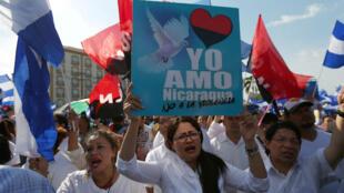 Simpatizantes del Frente Sandinista para la Liberación Nacional (Fsnl) se manifestaron en contra de la violencia y abogan por el diálogo. Abril 30 de 2018.