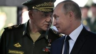 الرئيس الروسي فلاديمير بوتين ووزير الدفاع سيرغي شويغي في معسكر كوبينكا في 19 أيلول/سبتمبر 2018