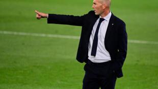 الفرنسي زين الدين زيدان مدرب ريال مدريد يعطي التعليمات للاعبيه خلال المباراة ضد خيتافي في الدوري الفرنسي في الثاني من تموز/يوليو 2020.